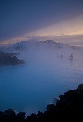 Blaue Lagune im Winter - p606m960657 von Iris Friedrich