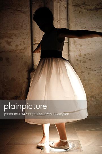 Mädchen tanzt - p1150m2014711 von Elise Ortiou Campion