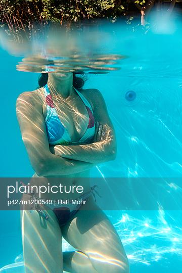 Frau im Pool - p427m1200549 von R. Mohr