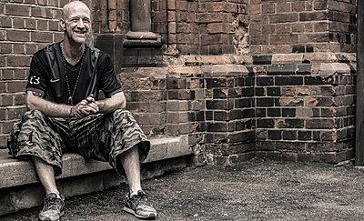 Mann vor einer Kirche - p1367m2056829 von Teresa Walton