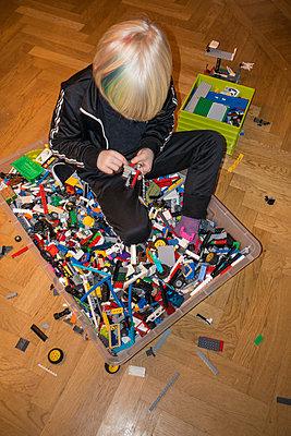 Little boy building Lego - p1418m2002142 by Jan Håkan Dahlström