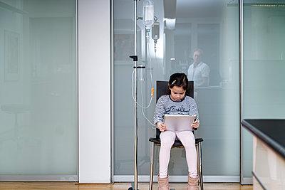 Kleines Mädchen bekommt eine Infusion - p1625m2258601 von Dr. med.
