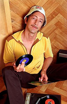 Mann mit Schallplatte - p1650098 von Andrea Schoenrock