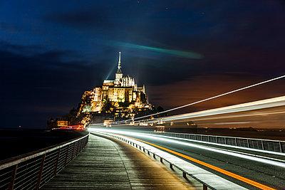 Le Mont Saint Michel bei Nacht - p248m1516171 von BY