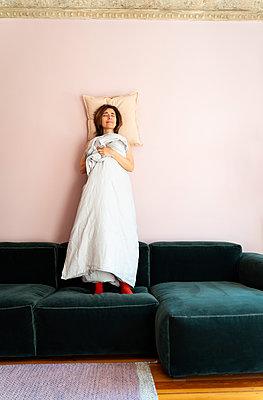 Frau schläft im Stehen - p432m2168899 von mia takahara