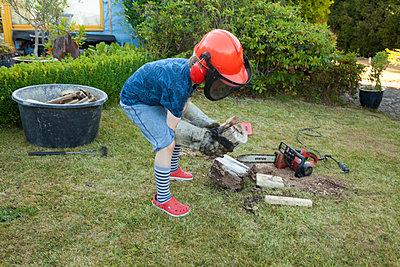 Beim Feuerholz machen helfen - p454m2293072 von Lubitz + Dorner