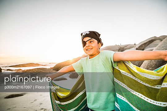 Boy dressed up as pirat on the beach - p300m2167097 by Floco Images