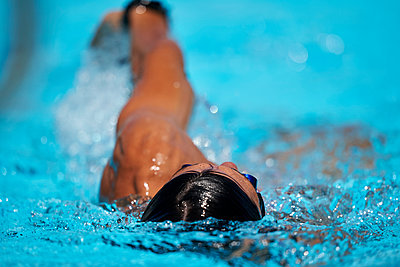 Close up of swimmer doing backstroke at outdoor swimming pool - p1166m2095682 by Cavan Images