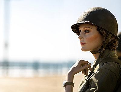 Armeeuniform, Puppe, Pismo Beach - p552m1074261 von Leander Hopf