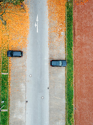 Two cars on parking lots with autumn colors, aerial view - p586m1088344 by Kniel Synnatzschke