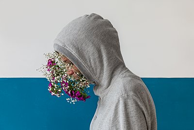 Woman with flowers in her face - p896m1479518 by Rutger van der Bent