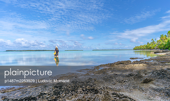 Polynesia, Long exposure shot of Tetiaroa lagoon with a woman - p1487m2253929 by Ludovic Mornand