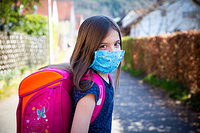 Girl with homemade protective mask on her way to school - p300m2188857 by Larissa Veronesi