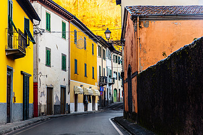 Street in old town of Barga, Tuscany, Italy - p343m2002750 by Ron Koeberer