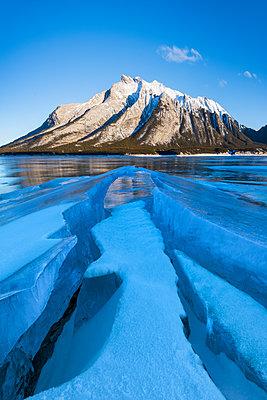 Winter scene at Lake Abraham, Kootenay Plains, Alberta, Canadian Rockies, Canada, North America - p871m2209273 by Ed Rhodes