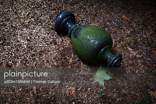 Symbol einer Urne - p223m1586644 von Thomas Callsen