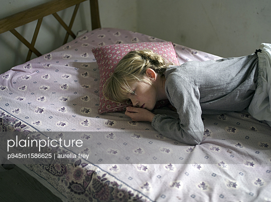 Mädchen liegt auf dem Bett - p945m1586625 von aurelia frey