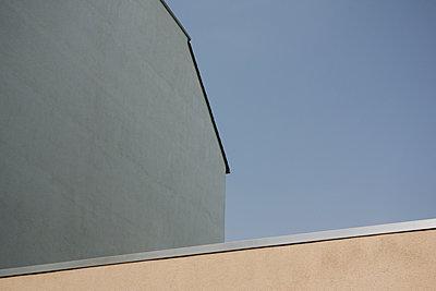 Giebel eines Hauses und blauer Himmel - p586m1110050 von Kniel Synnatzschke