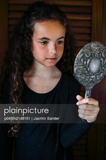Mädchen betrachtet sich selbst - p045m2148151 von Jasmin Sander
