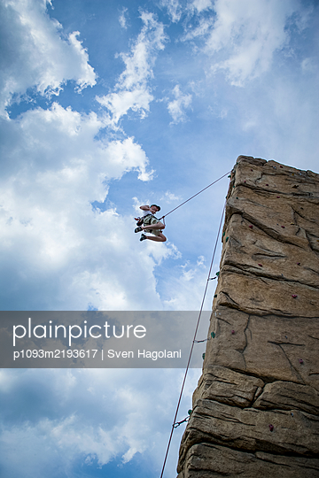 Free climbing, Mauerpark, Berlin, Germany - p1093m2193617 by Sven Hagolani