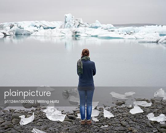 Frau an Gletschersee - p1124m1060302 von Willing-Holtz