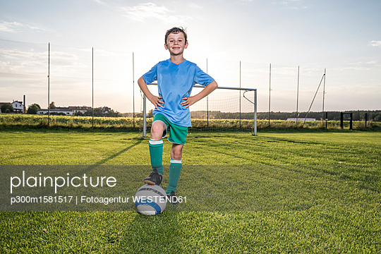 Portrait of confident young football player with ball on football ground - p300m1581517 von Fotoagentur WESTEND61
