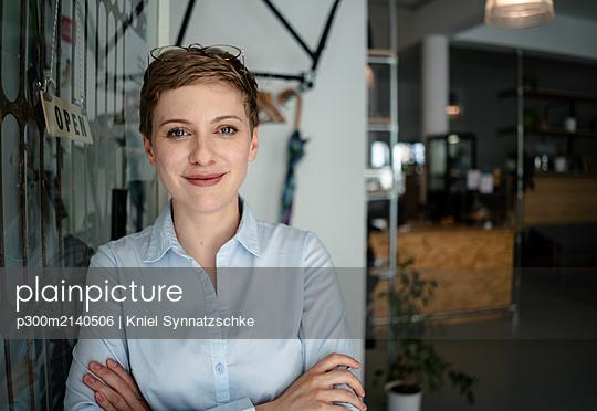 Portrait of a confident woman in a cafe - p300m2140506 by Kniel Synnatzschke