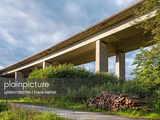 Autobahnbrücke  - p390m1582799 von Frank Herfort