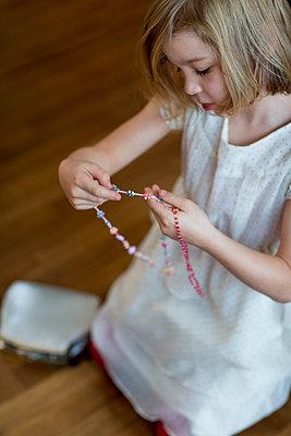 Mädchen mit Halsketten - p1212m1091981 von harry + lidy