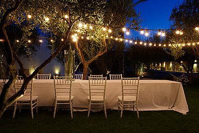 Gedeckte Tisch unter freiem Himmel, Masseria, Alchimia, Apulien, Italien - p1316m1160844 von Moritz Hoffmann