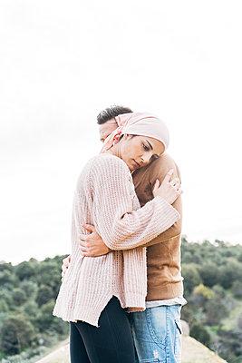 Woman with bandana embracing her boyfriend - p300m2273747 by David Agüero Muñoz