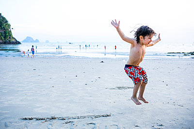 Junge springt am Strand - p680m1511527 von Stella Mai