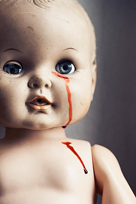 Doll's face with blood - p7350082 by Thomas Prinz