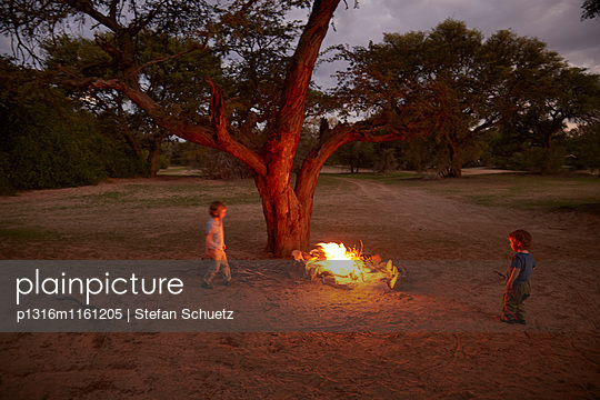 Jungen an einem Lagerfeuer, Hoarusib, Namib, Nambia - p1316m1161205 von Stefan Schuetz