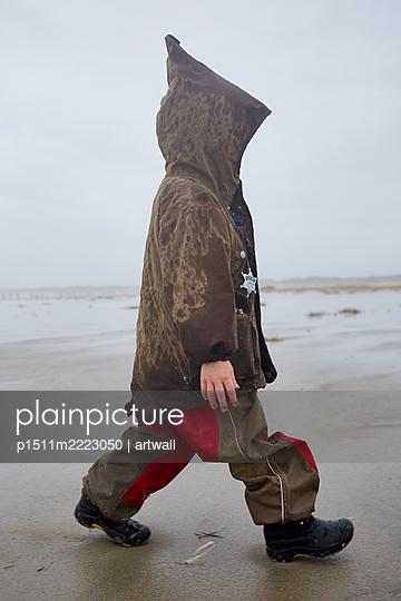 Junge in Kapuzenjacke am Strand - p1511m2223050 von artwall