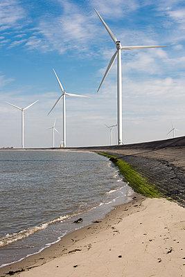 Windpark an der Küste - p1079m1137134 von Ulrich Mertens