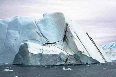 Eisberg mit Schmutzstreifen in der Disko-Bucht - p1486m1564268 von LUXart