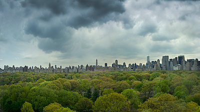 Urban park and city skyline, New York, New York, United States - p555m1454201 by Chris Clor