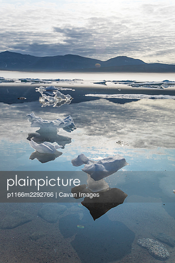 Tiny icebergs melting in the hot sun because of climate change. - p1166m2292766 by Cavan Images