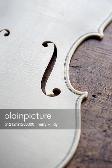 Geigenbau - Geigendecke in der Bearbeitung - p1212m1203300 von harry + lidy