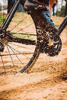 Radfahrer im Sand - p1076m1486755 von TOBSN