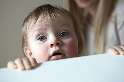 Kleines Mädchen schaut in die Kamera - p1221m1115492 von Frank Lothar Lange