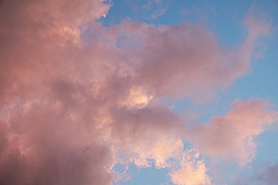 Pastel coloured clouds on blu sky background at sunset time - p1607m2187778 by zhushman