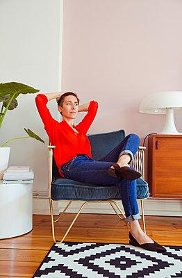 Verträumte Frau im Sessel - p432m1424166 von mia takahara