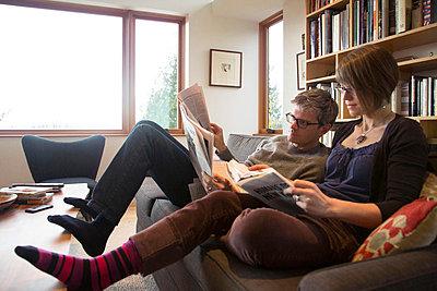 Couple Reading - p635m858512 by Julia Kuskin