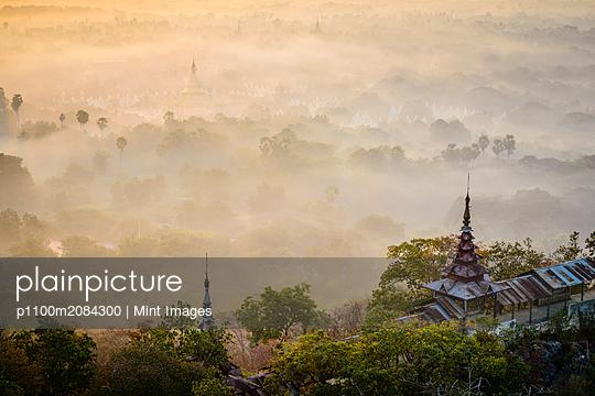 Fog over treetops, Mayanmar, Mandalay, Myanmar,Mayanmar, Mandalay, Myanmar - p1100m2084300 by Mint Images