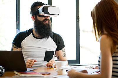 Man using virtual reality simulator - p623m1506936 by Frederic Cirou