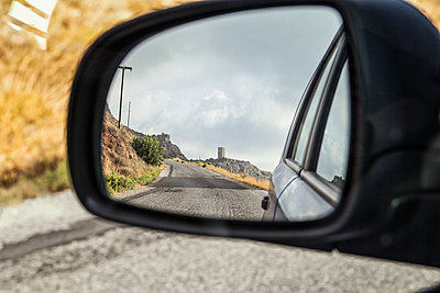 Greece, Peloponnese, village with typical tower house, mirrored in wing mirror - p300m2012871 von Maria Maar