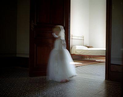 Girl with white dress - p945m1007511 by aurelia frey