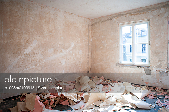 Wallpaper remains in a flat - p1093m2193618 by Sven Hagolani